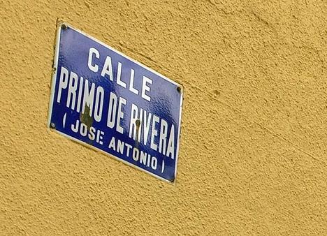 i Spanien bär fortfarande många gator namn med anknytning till Francoregimen och fascismen.