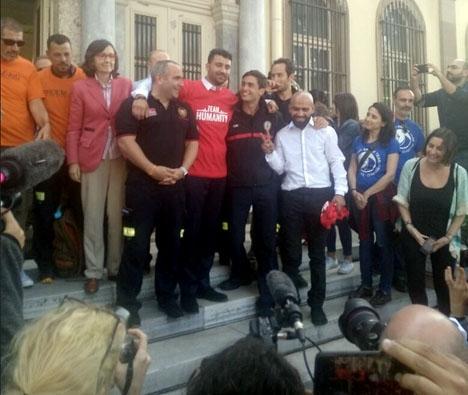 De friade brandmännen firar utanför domstolen på Lesbos. Foto: Proem-AID/Twitter