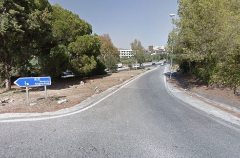 Paret lämnades i dikeskanten vid denna påfart till kustvägen, intill bostadsområdet Bahía Real. Foto: Google Maps