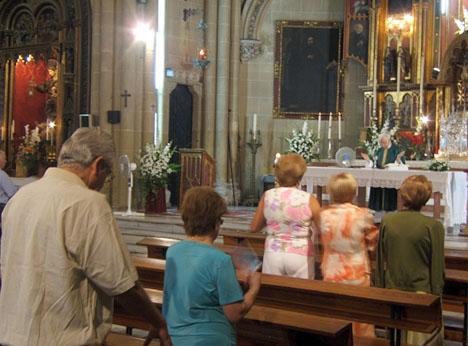 Trots att få spanjorer går i mässan varje söndag (25 procent av dem som säger sig vara troende) har kyrkan fortfarande en stark röst i samhället. Inte minst har det märkts i kritiken av socialistregeringens reformer det senaste året.