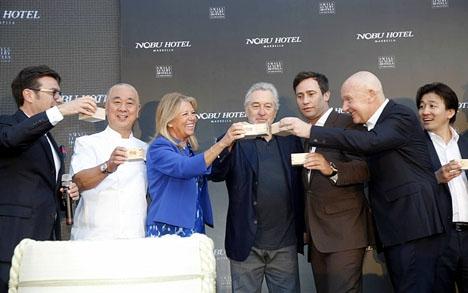 Ägarna bakom Nobu Hospitality skålar i sake vid invigningen 16 maj. Foto: Ayto de Marbella