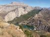 Vid vändplatsen ser vi byn El Chorro nere i dalen, Desfiladero de los Gaitanes till vänster och fjället Sierra de Huma till höger (utanför bild).
