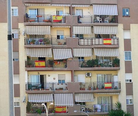 Spanska flaggor i ett våningshus.