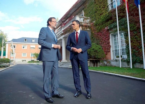 Socialistledaren Pedro Sánchez vill tvinga bort Rajoy och själv flytta in i presidentpalatset La Moncloa.