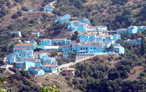 Júzcar lanseras nu som den blåa äventyrsbyn.