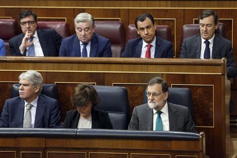 Långa ansikten i PP-leden under misstroendeförklaringen i parlamentet.