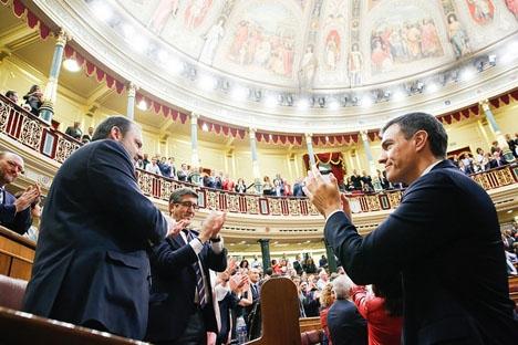 Pedro Sánchez med sin partigrupp i parlamentet just efter att han blivit vald till ny regeringschef.