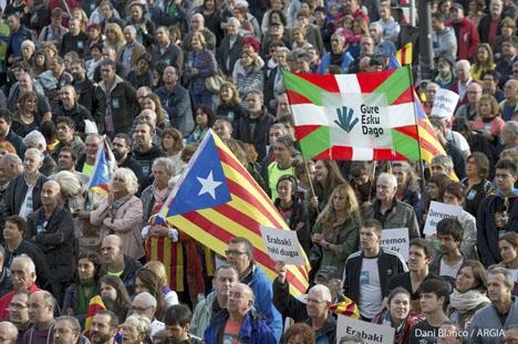 Baskiska och katalanska separatister demonstrerar gemensamt. Bilden är från en tidigare manifestation 2017. Foto: Dani Blanco, Argia/Wikimedia Commons