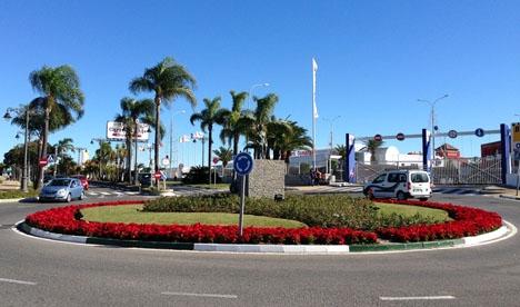 Efter en poliskontroll ska de två lokalpoliserna i Estepona ha dykt upp hos de tre ungdomar som de tidigare stoppat.