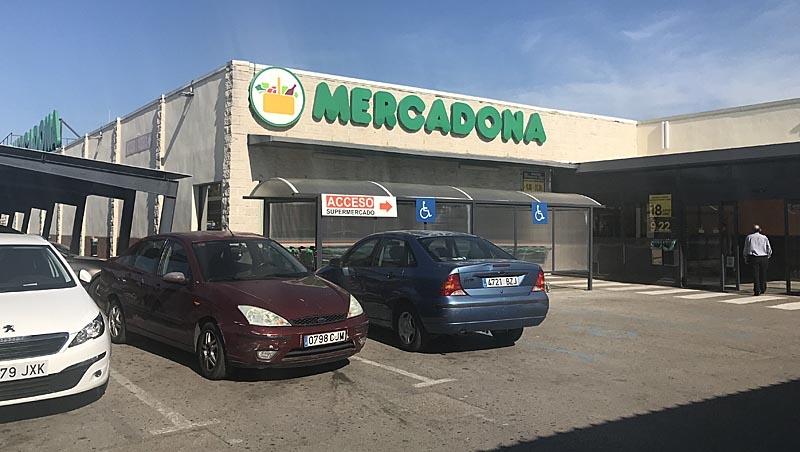 Utanför den här livsmedelsbutiken i Cancelada fann Raul José Castillo den välfyllda plånboken.