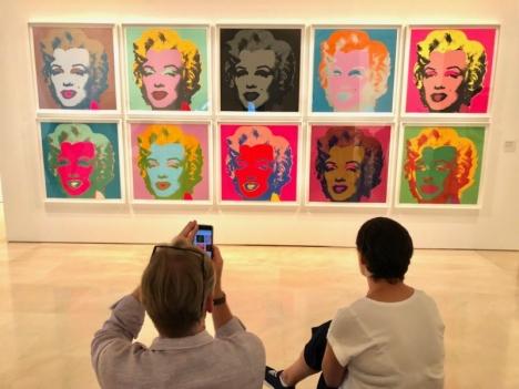 Flera av pop-konstnären Andy Warhols mest kända verk står utställda till och med mitten av september på Picasso-muséet i Málaga.