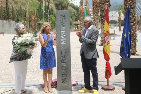 Marbellas borgmästare Ángeles Muñoz med Pablo Ráez föräldrar, vid invigningen av den nya boulevarden. Foto: Ayto de Marbella