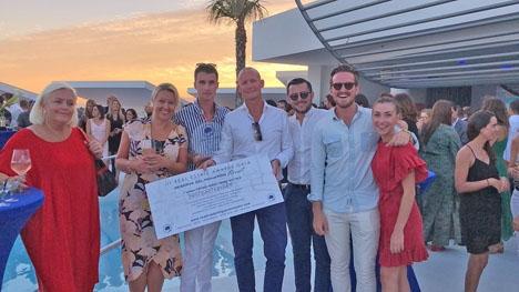 Franchisetagaren Jonas Nelsén med övriga personalen från Fastighetsbyrån i Fuengirola.