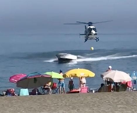 Motorbåten jagades upp på land av en helikopter från Policía Nacional. Foto: YouTube