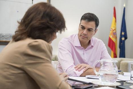 Vice regeringschefen Carmen Calvo med regeringschefen Pedro Sánchez.