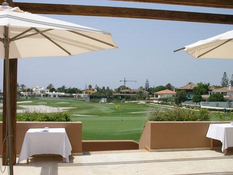 Hotel Guadalmina ligger vid havet och golfbanan med samma namn.