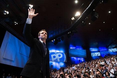 Pablo Casado tar över som partiledare för PP, efter att han besegrat Soraya Sáez de Santamaría i den andra omgången.