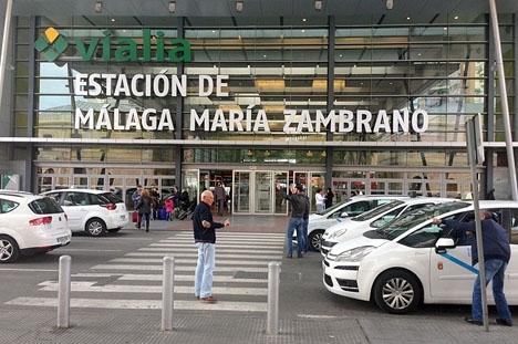 Taxitjänsterna på Costa del Sol har halverats på obestämd tid, även om de garanteras på flygplatsen och vid tågstationen i Málaga.