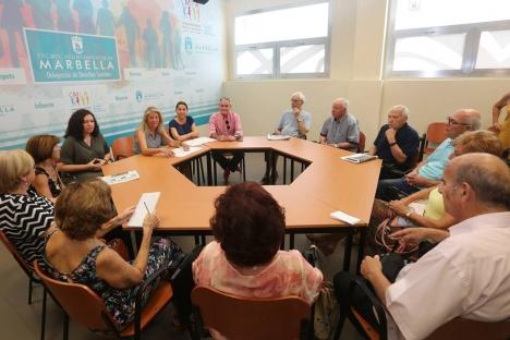 Borgmästaren Ángeles Muñoz med representanter för kommunens dagscenter för äldre. Foto: Ayto de Marbella