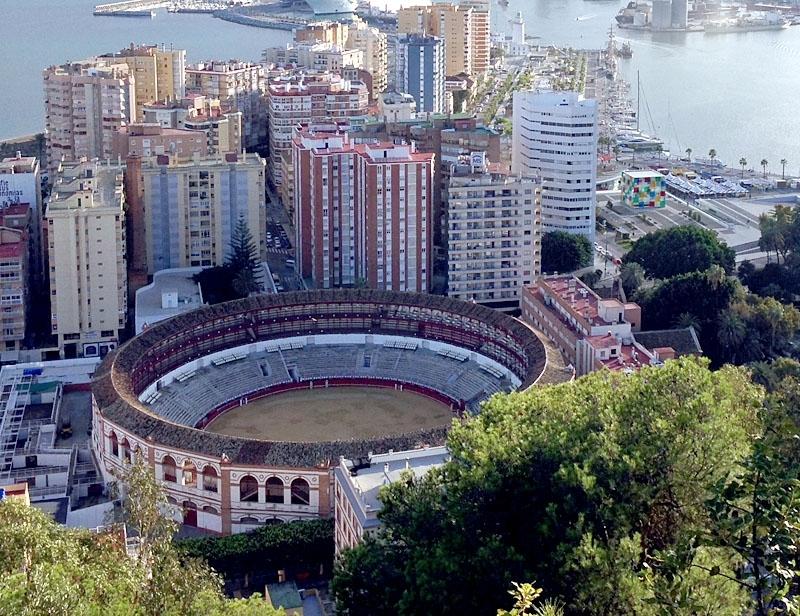 Under ferian i Málaga arrangeras tjurfäktningar varje eftermiddag.