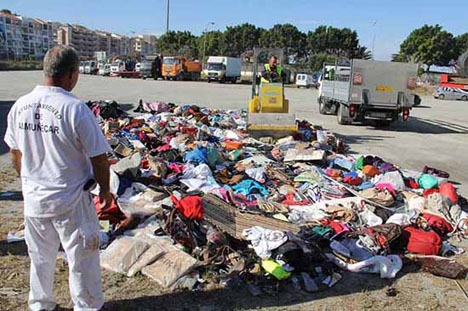 Kommunalarbetare förstör konfiskerat material. Foto: Ayto de Almuñécar.