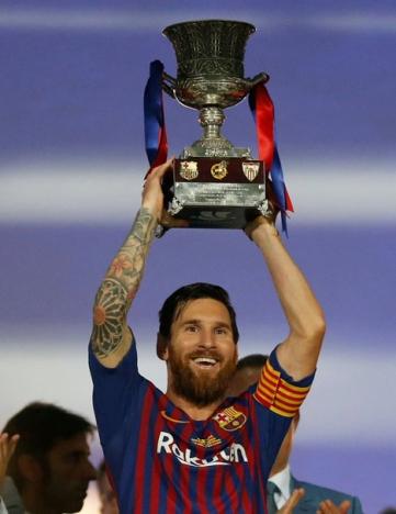 Messi lyfter segerbucklan, hans 33:e med Barcelona. Foto: Twitter
