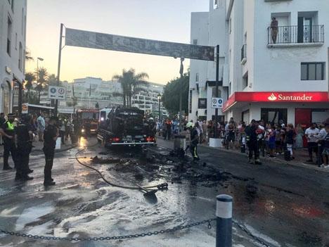 Den utbrända bilen forslas bort. Foto: Ángeles Muñoz/Facebook
