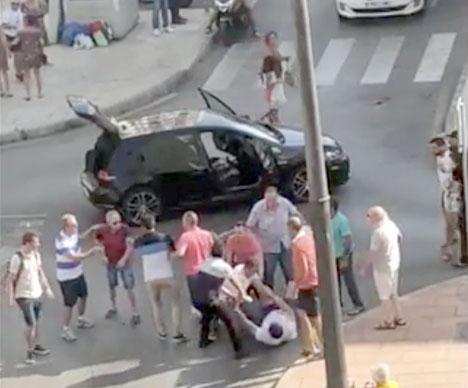 Bråket på Calle Melilla i Estepona fångades på video.