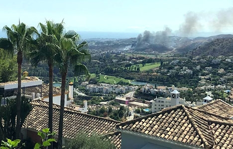 Branden uppstod intill betalmotorvägen AP-7 vid 16.30-tiden på lördagen. Foto: Local Fire and Weather Watch- Malaga province/Facebook