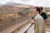 PP-ledaren Pablo Casado har skärpt tonen i migrationsdebatten och har låtit sig fotograferas vid den spanska gränsen vid Nordafrika.
