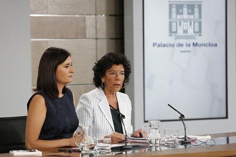 Carmen Montón (till vänster) var inte den första och troligtvis ej heller den sista som fälls av en regelvidrig titel.