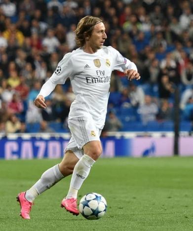 Luca Modric är den första spelaren på elva år som kniper utmärkelsen The Best framför Cristiano Ronaldo och Messi. Foto: Football.ua/Wikimedia Commons