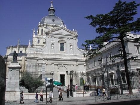 Diktatorn Francisco Francos anhöriga hotar med att begrava honom i katedralen La Almudena, i Madrid.
