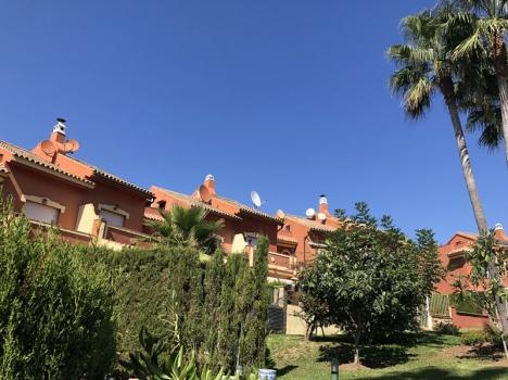 Färgglatt bostadsområde i Estepona målar sina paraboler i samma färg, för syns (eller snarare icke syns...) skull.