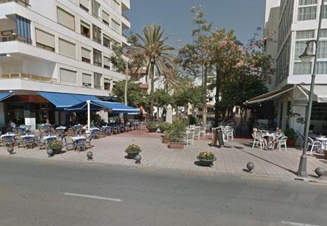 Här vid Plaza Ortiz, intill strandpromenaden i Estepona, blev 27-åringen ikappsprungen och tvingad in i en bil. Foto: Google Maps