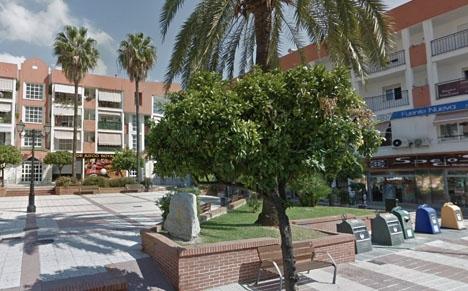 Den rånade spelhallen ligger vid Plaza Juan Macías, när kyrktorget i San Pedro Alcántara. Foto: Google Maps