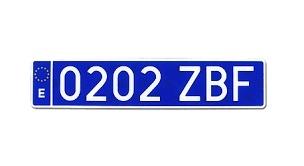 De nya plåtarna är blåa med vit text och placeras bak, medan den främre registreringsskylten förblir densamma.