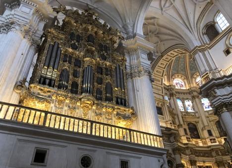Praktfull interiör i katedralen i Granada.
