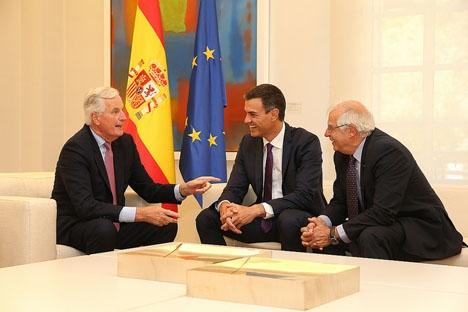 Utrikesministern Josep Borrell, längst till höger med regeringschefen Pedro Sánchez i mitten och huvudmedlaren i Brexit Michel Barnier.