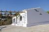 Ett av de två husen på huvudtomten är färdigrenoverat. Där kan man sitta under vinrankor och skåda mot Medelhavet i öster.
