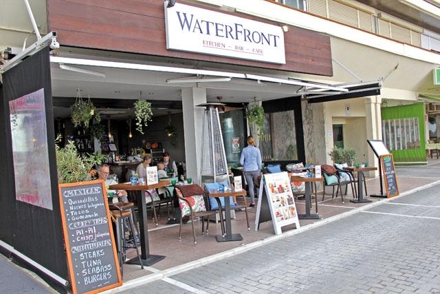 WaterFront ligger på strandpromenaden i Marbella, mitt emellan fyren och turistkontoret.