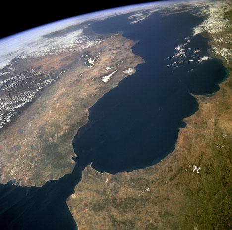 Flyktingströmmen består vid Mar de Alborán, som är bukten som skiljer Afrika från Europa. Foto: NASA