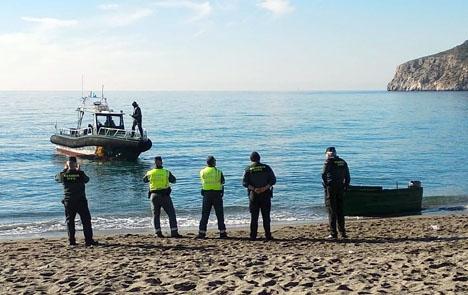 Guardia Civil vid ekan som nådde stranden i La Herradura 9 december. Foto: Ayto de Almuñécar