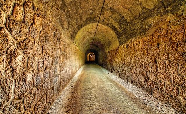 TUNNELSEENDE. Túnel del Castillo, eller slottstunneln är med sina 990 meter vandringsledens längsta.