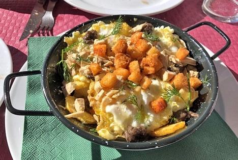 Priset för dessa ägg på potatisbädd med krutonger, stekt gåslever och tryffel är nästan löjligt.