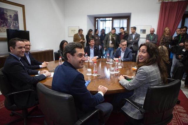 Regeringsavtalet mellan PP och Ciudadanos går igenom, tack vare garanterat stöd från Vox.