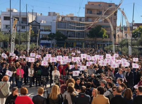 Klockan tolv på söndagen 13 januari hölls en stor manifestation utanför rådhuset i Fuengirola. Foto: Ayto de Fuengirola