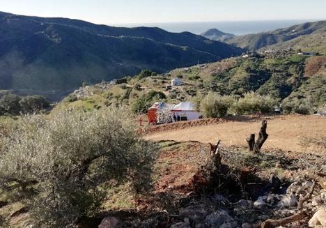 Den natursköna platsen som var utflyktsmål för Julen och hans familj är nu bas för ett jättelikt räddningspådrag. Foto: Emergencias 112