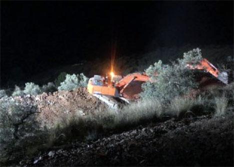 Grävarbetet pågår dag som natt för att nå fram till tvååriga Julen. Foto: Emergencias 112