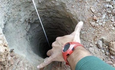 Brunnens ringa diameter gör att räddningsarbetet saknar motsvarighet i Spanien. Foto: Bomberos